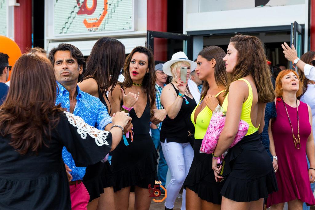 En la fiesta de Rives en Málaga con azafatas