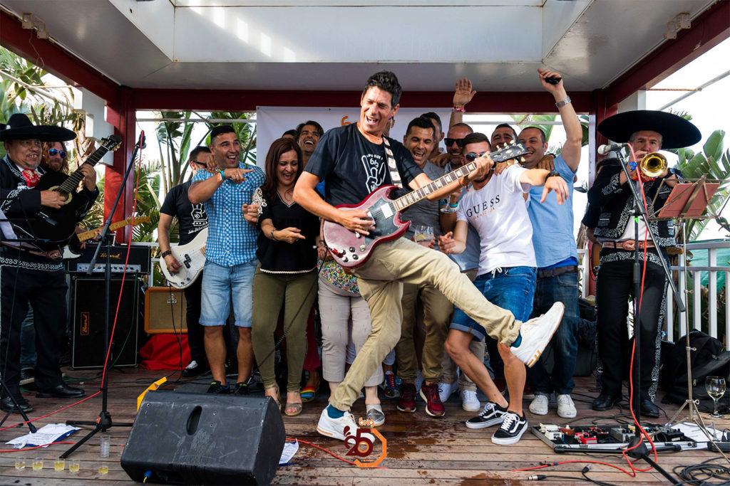 El guitarrita se relaciona con los invitados de la fiesta de Rives en Málaga