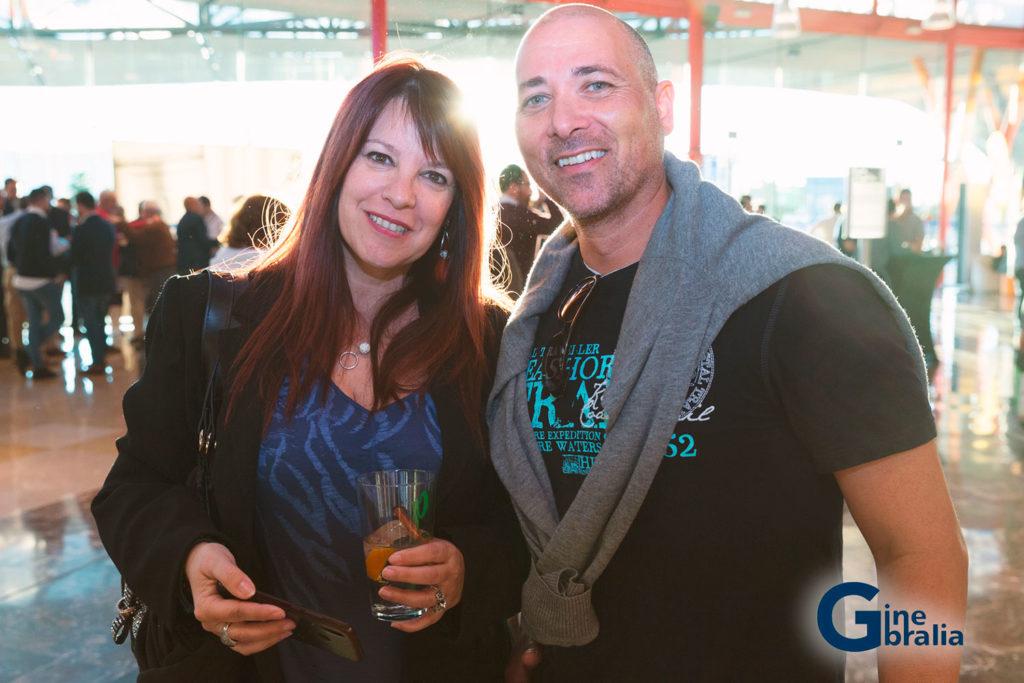 Dos espectadores en Ginebralia sonríen en el evento de Rives