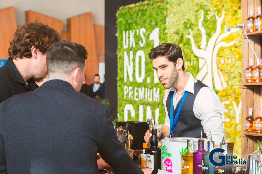 Los bartenders interactúan con su público