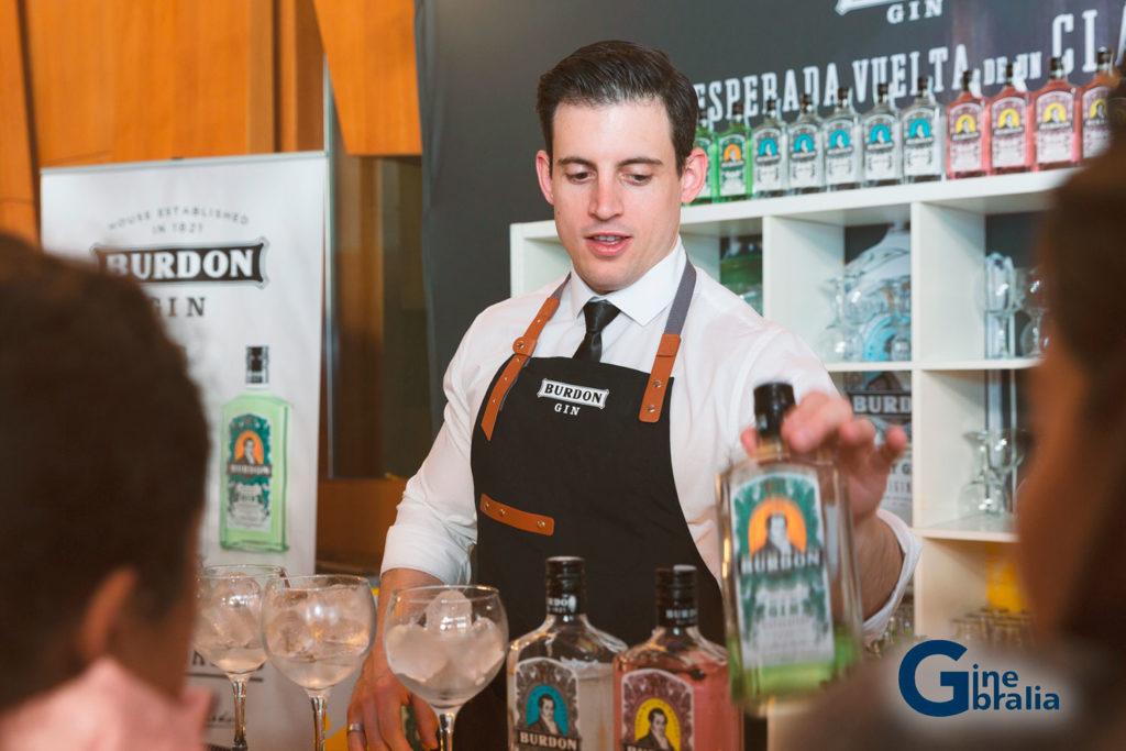 Un bartender sirviendo una copa